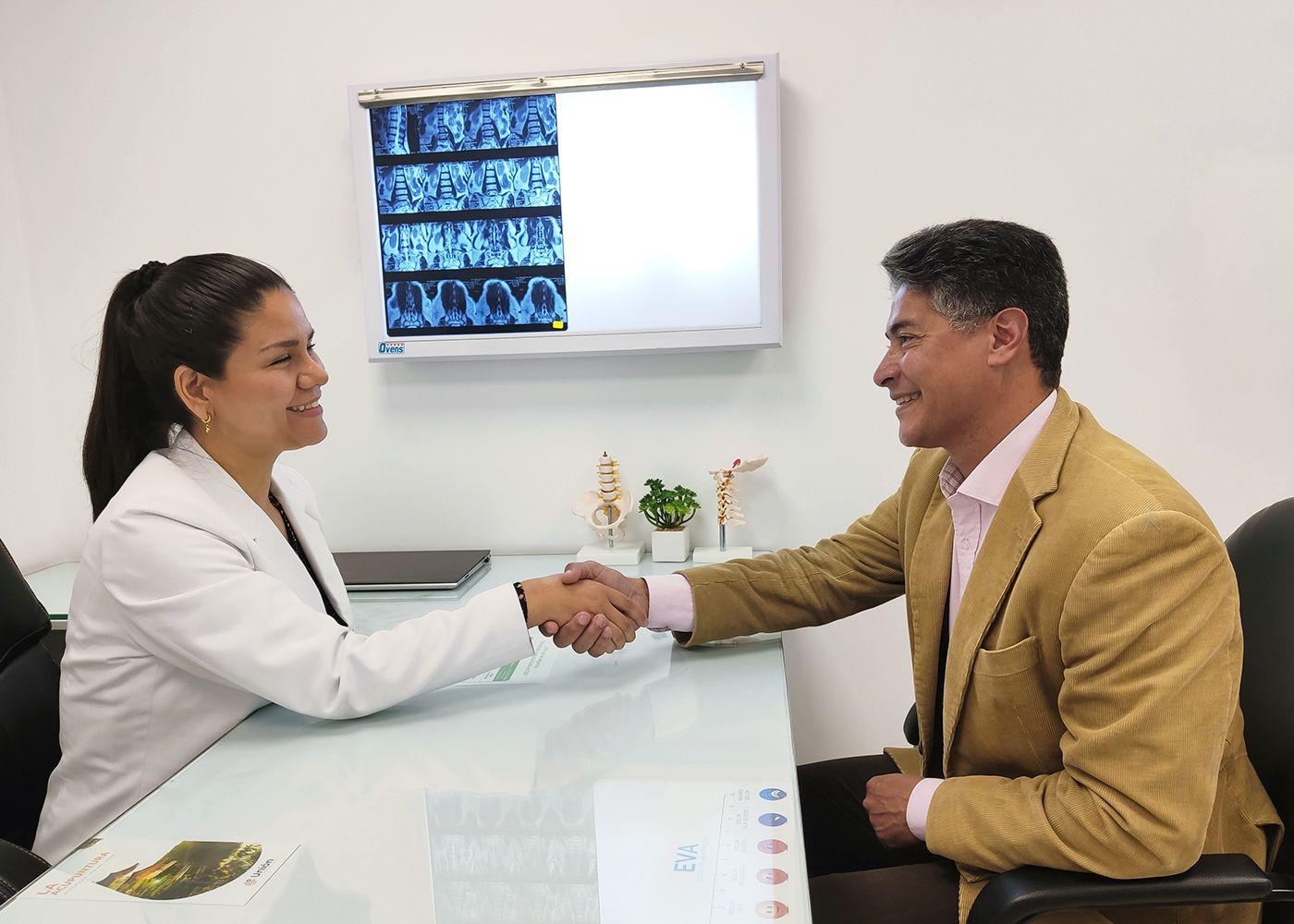 medica especialista en artrosis y paciente contento